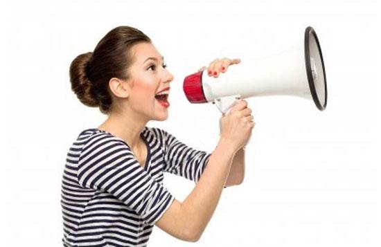 mujer-con-megafono